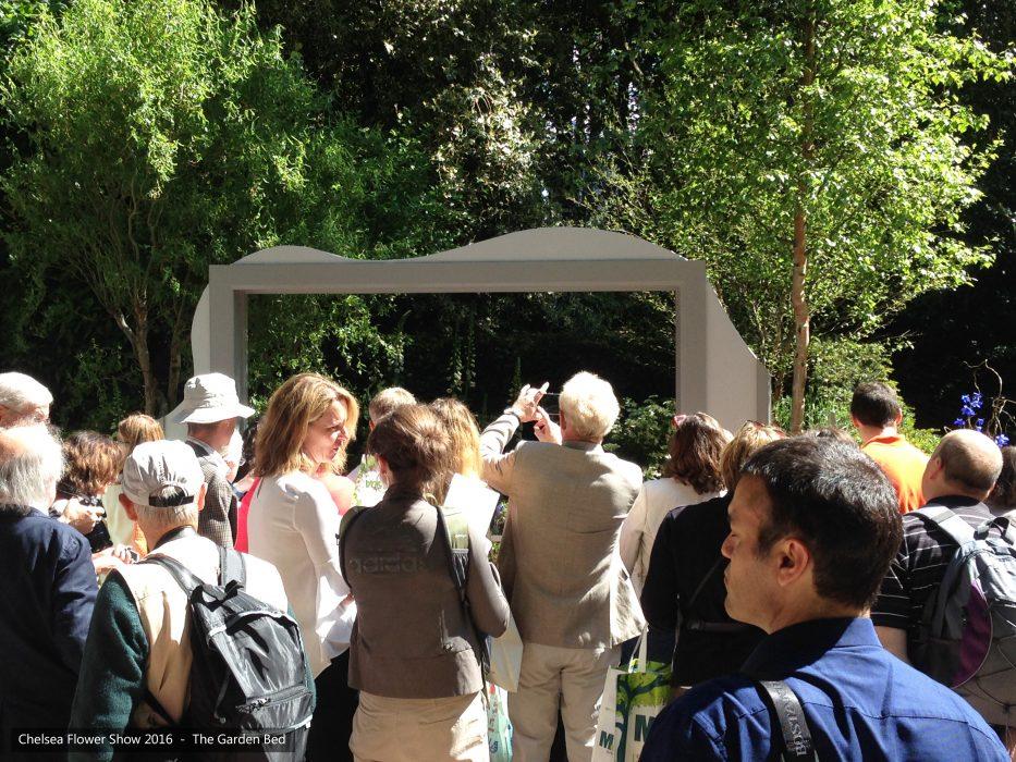 49-chelsea-flower-show-2016-garden-bed-crowds